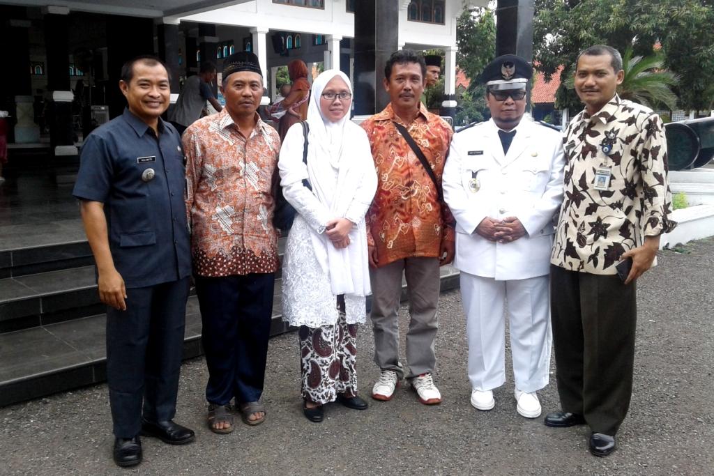 Setelah Dilantik, Kepala Desa Bodas Berfoto di Halaman Pendopo